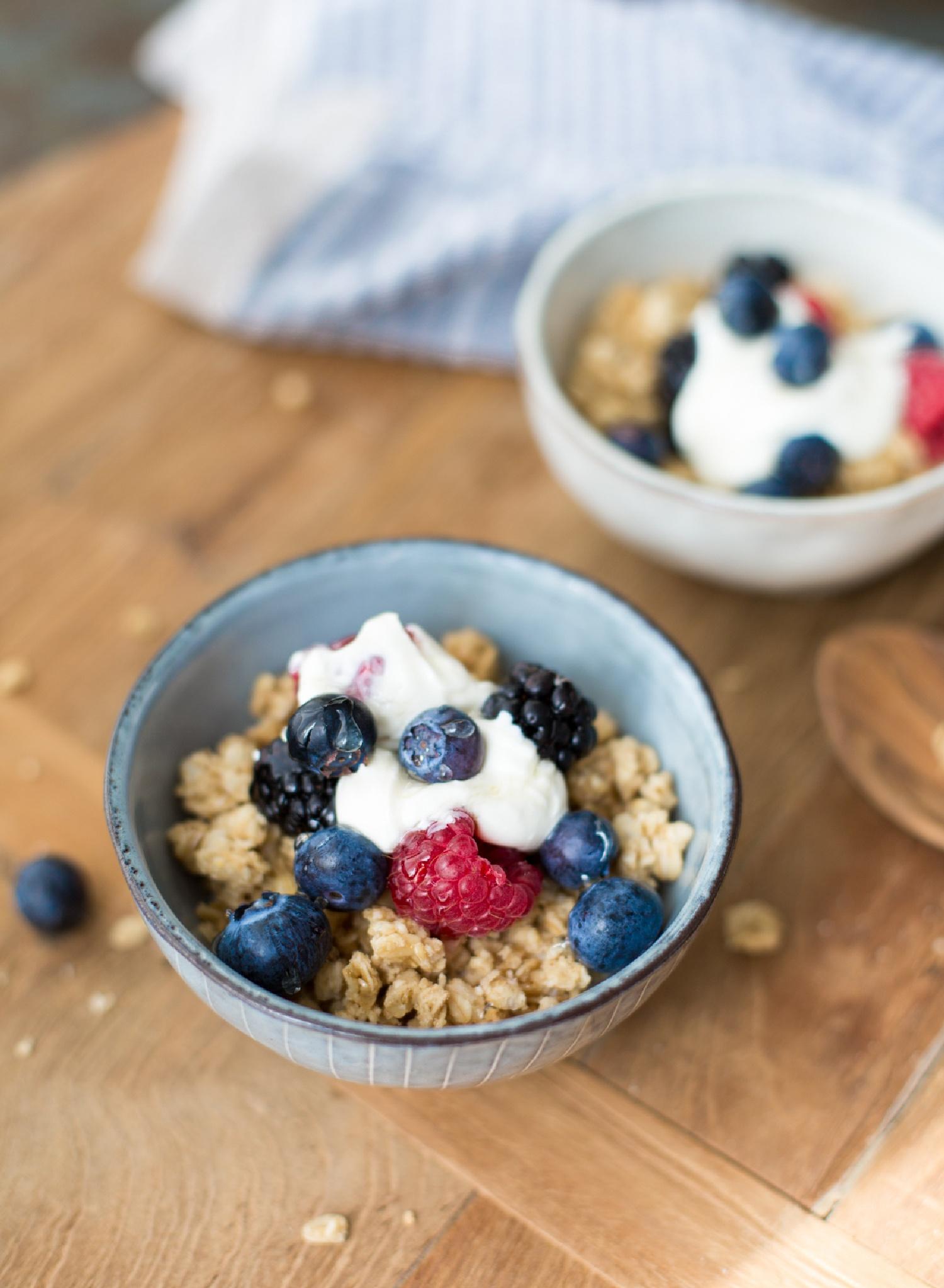 gesundes Frühstück bei uns - gibt es jeden Tag - griechischer Joghurt mit Hafer Crunch und Beeren