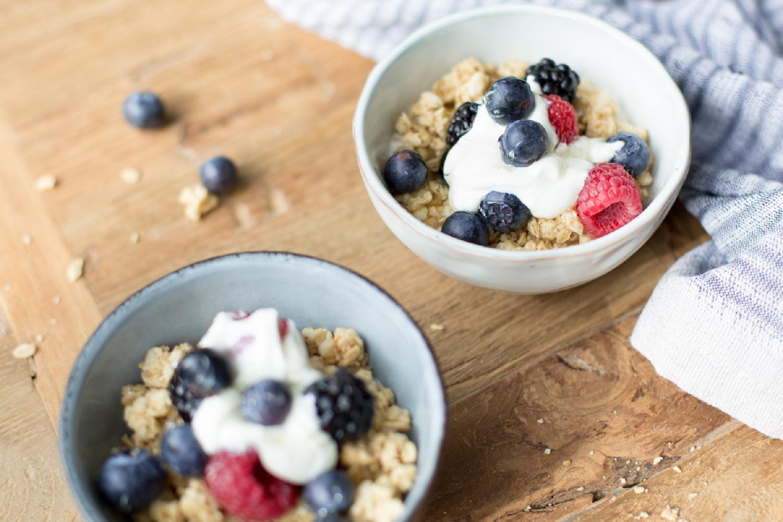 ein leckeres und gesundes Frühstück - griechischer Joghurt mit Crunch und Früchten