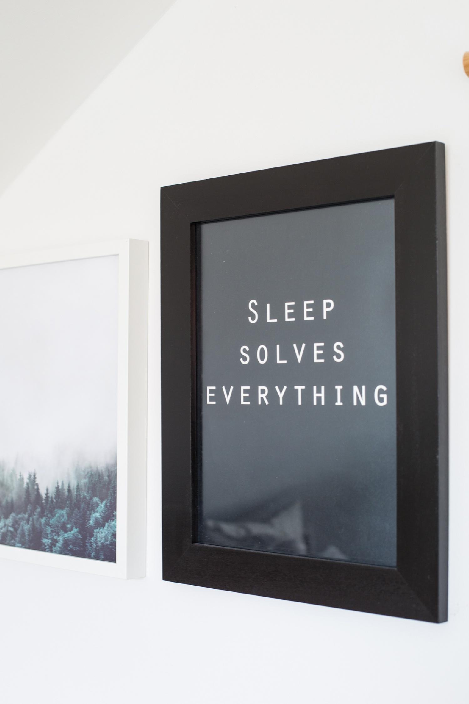 Was hänge ich an die Wand im Schlafzimmer - ruhige Drucke in Schwarz weiß und Sprüche..