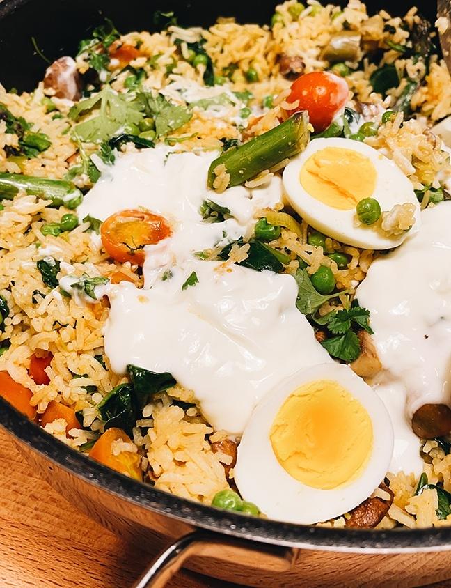 Leckeres Rezept für Gemüsereis mit Eiern und Joghurt